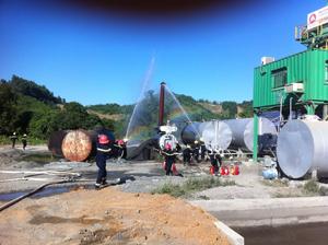 Lực lượng Cảnh sát PCCC và CN, CH chữa cháy tại hiện trường.